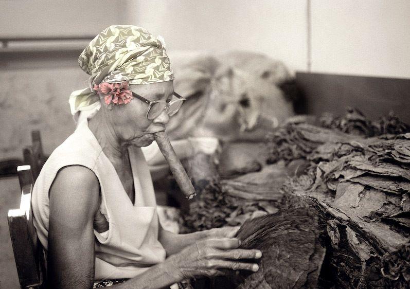1cuba_cigar_lady