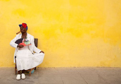 1cuba_yellow_wall_lady_