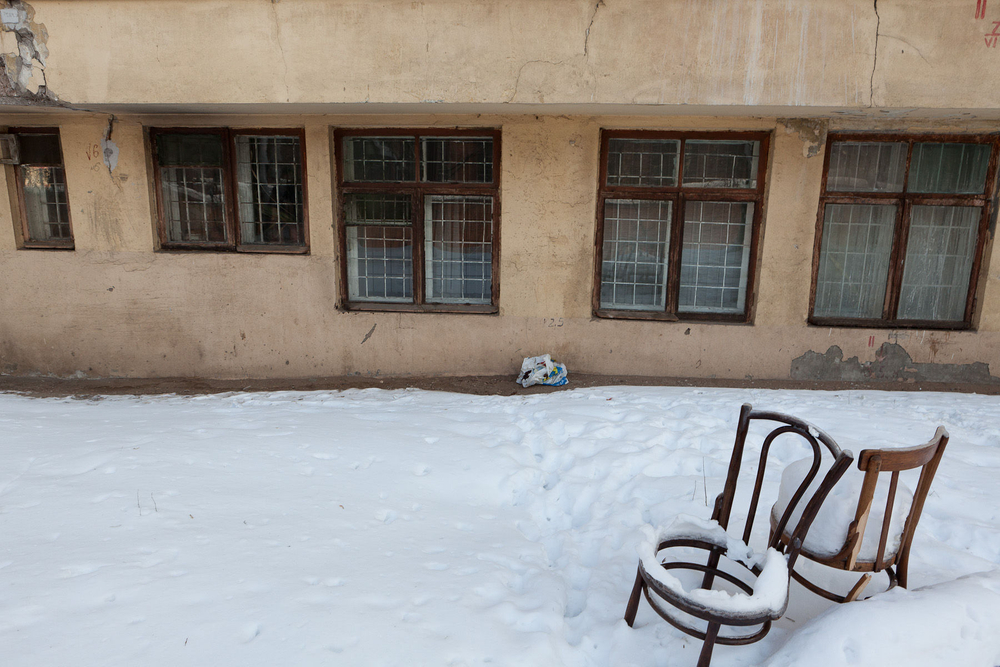 1moscow_chairs_snow_old_building