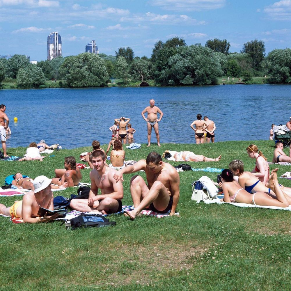 1moscow_summer_urban_leisure_young_bathers