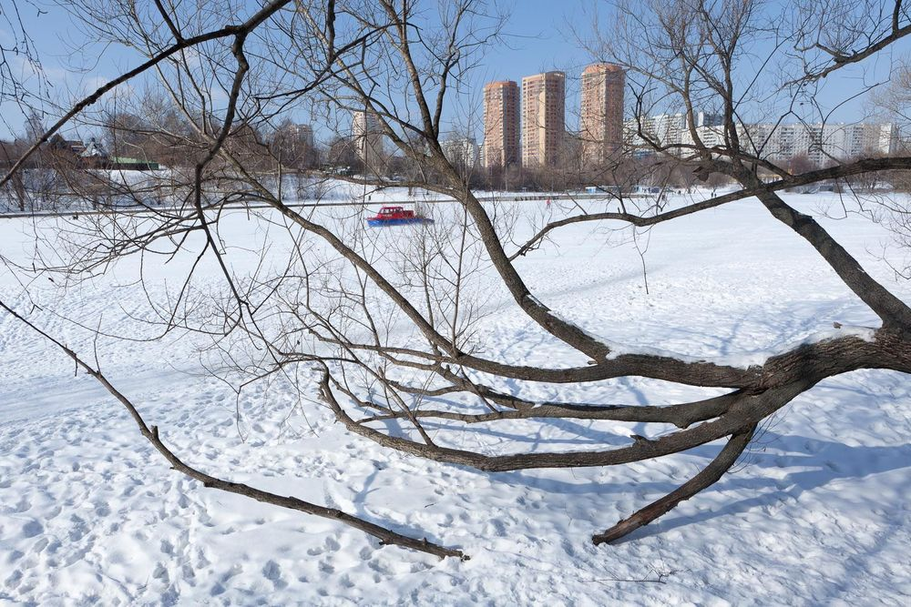 1moscow_winter_hovercraft_river_branches
