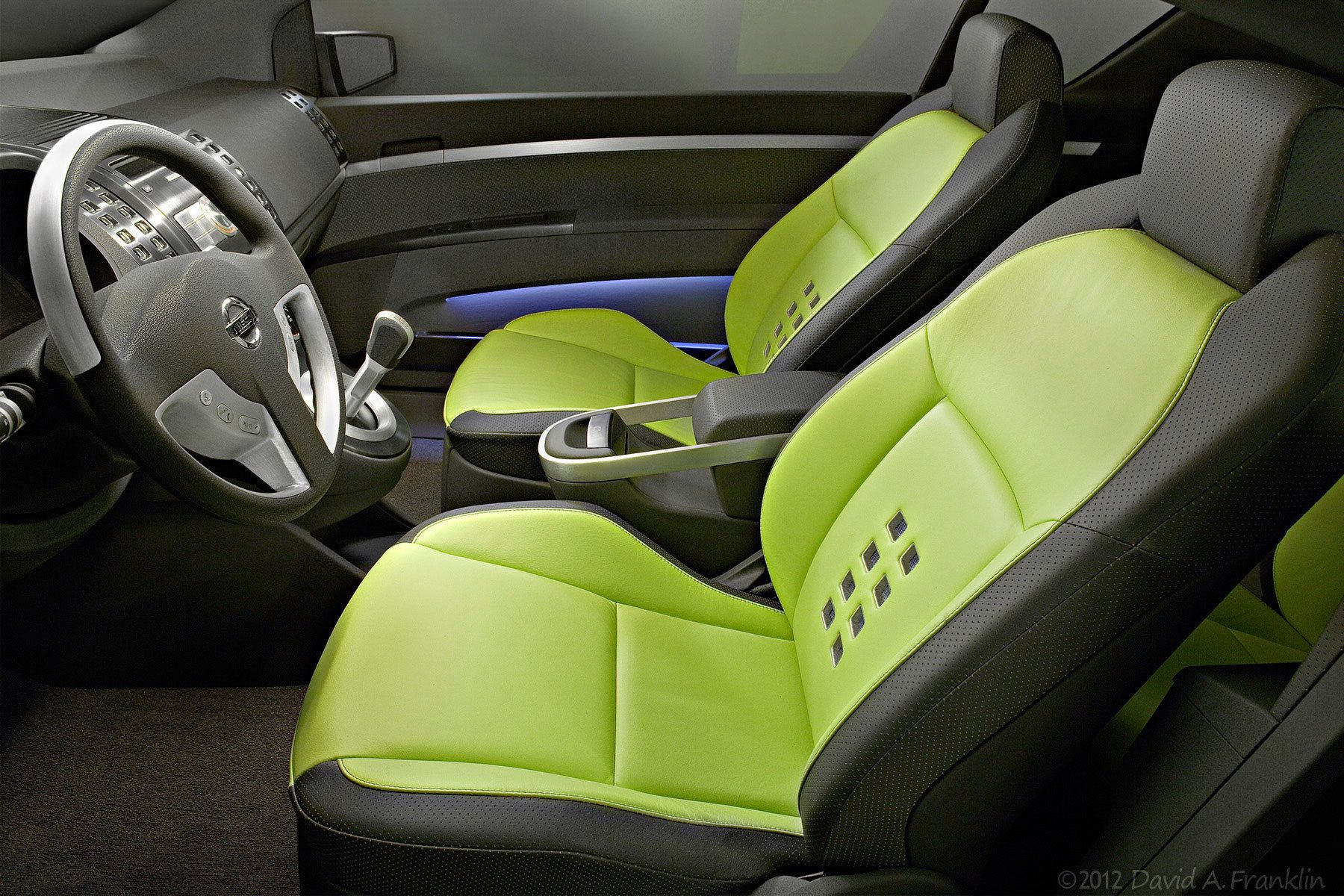 NissanAzeal_ShowCar_DriverSide_Look-In_Seats&IP_Interior_Studio