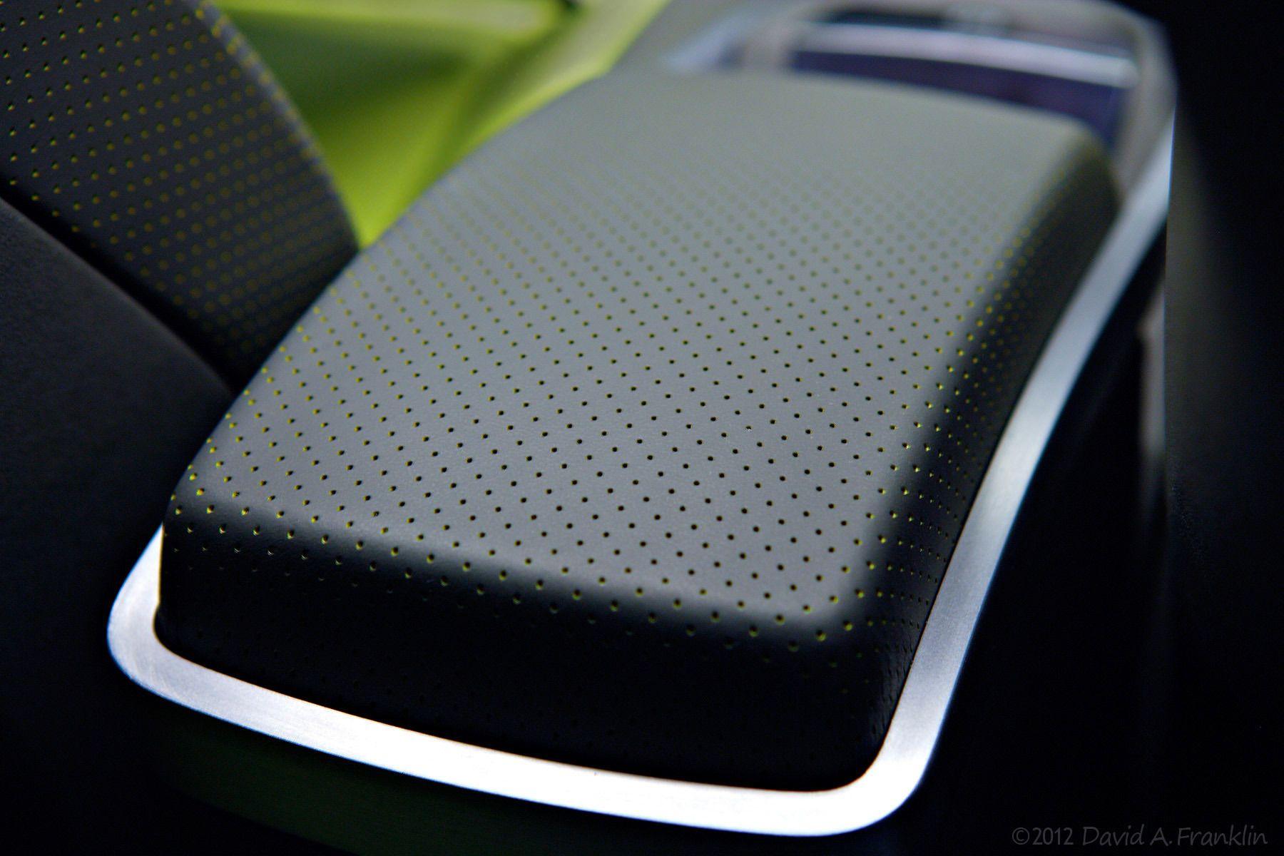 NissanAzeal_ShowCar_InteriorDetail_Armrest-Storage_FromRear_Studio