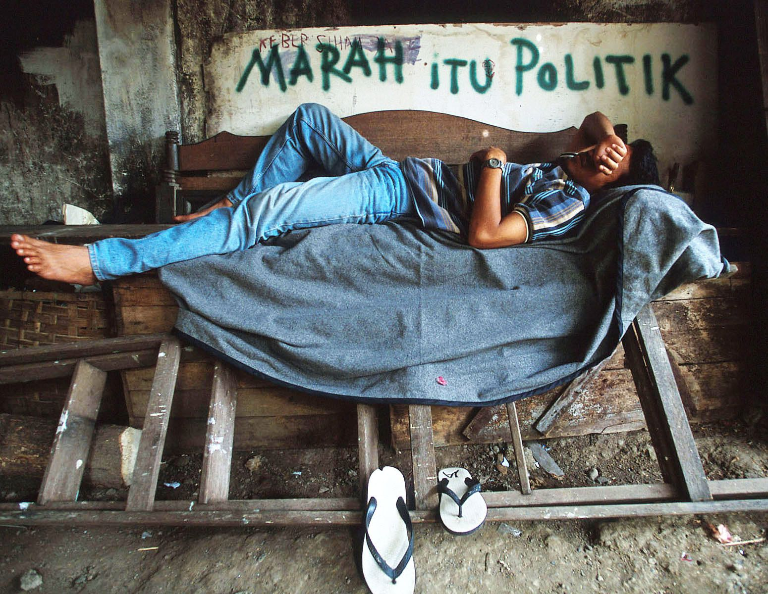 "Marah Itu Politik  ""Anger is Politics""A young activist grows tired and sleeps in the backyard.Due to the dangerous political climate, about 50 activists have fled."