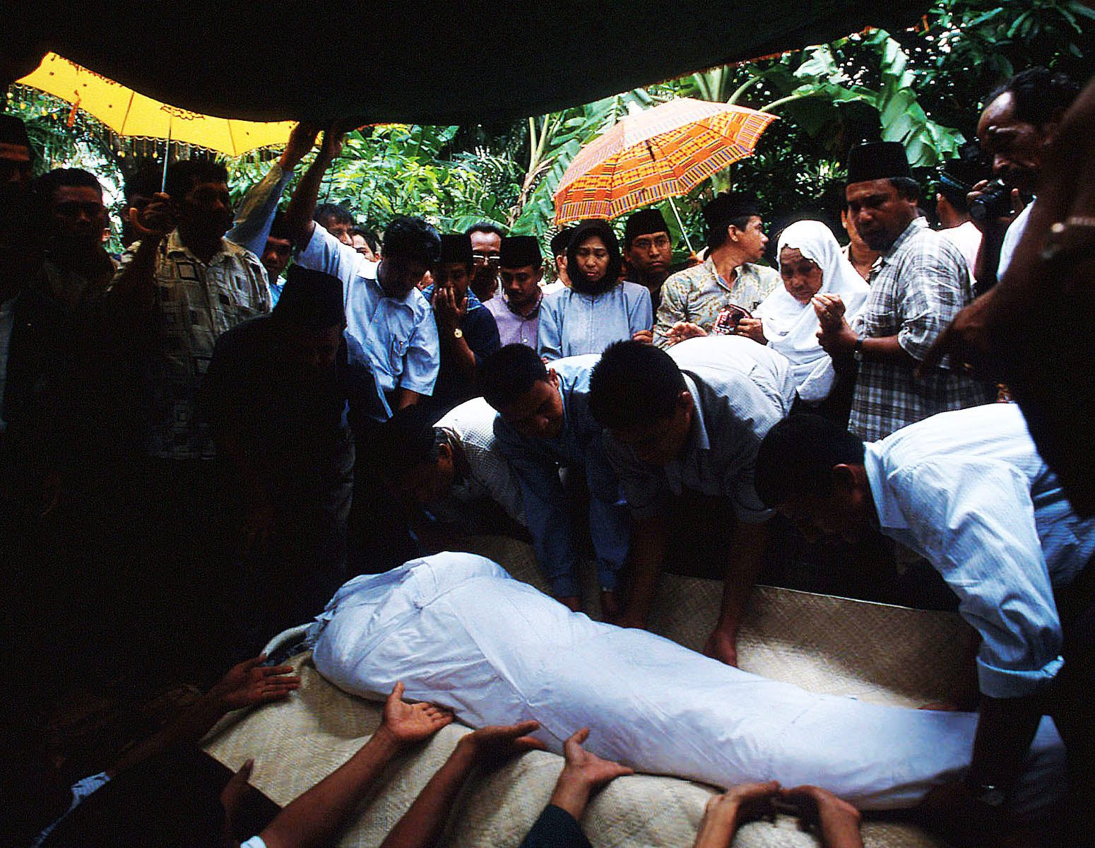 Burying the body of Professor Dayan Dawood, a rector of the prestigious Syiah Kuala University, who has supported demilitarization in Aceh since 1998.On September 6th, he was killed on his way home by unidentified gunmen.
