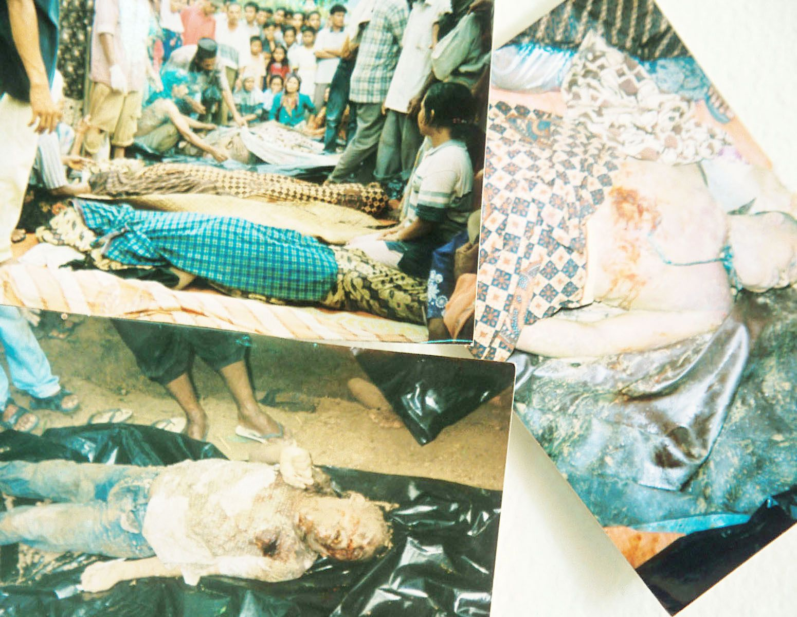 Nine people, suspected to be members of Free Aceh Movement (GAM), were abducted by Indonesian soldiers on August 19th, and executed.When their family members found the bodies, all the victims wereburied together.