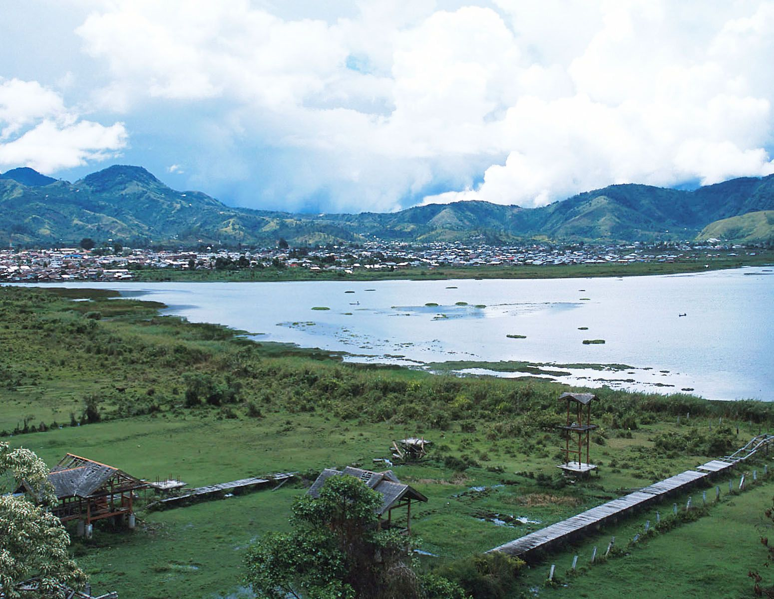 The lake Danau Laut Tawar is surrounded by mountains.This is one of the most beautiful places in Aceh. In the past, it was popular with tourists.