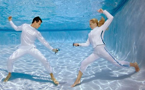 1man_and_woman_fencing_with_foils_underwater_72.jpg