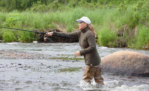 1Female_fisherman_casting_in_Alaskan_river.jpg