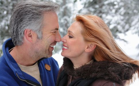 1Attractive_couple_smiling_touching_noses_affectionately_in_winter