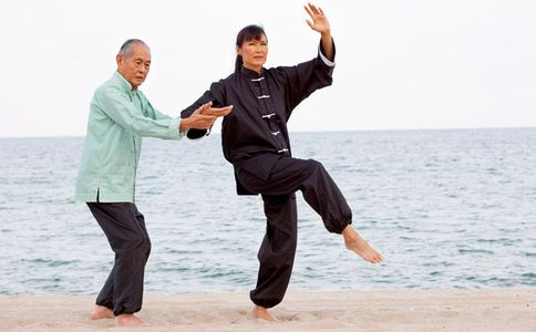 1Asian_senoir_man_teaching_Tai_Chi.jpg