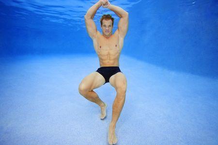 1Body_builder_posing_underwater.jpg