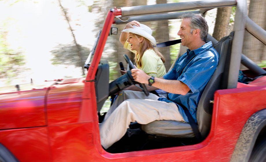 1Couple_having_fun_driving_a_jeep.jpg