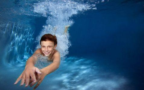 1Underwater_view_of_a_boy_diving_in_pool.jpg