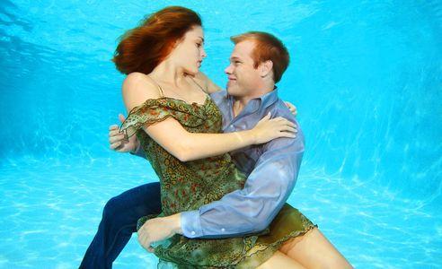 1Romantic_couple_embracing_underwater.jpg