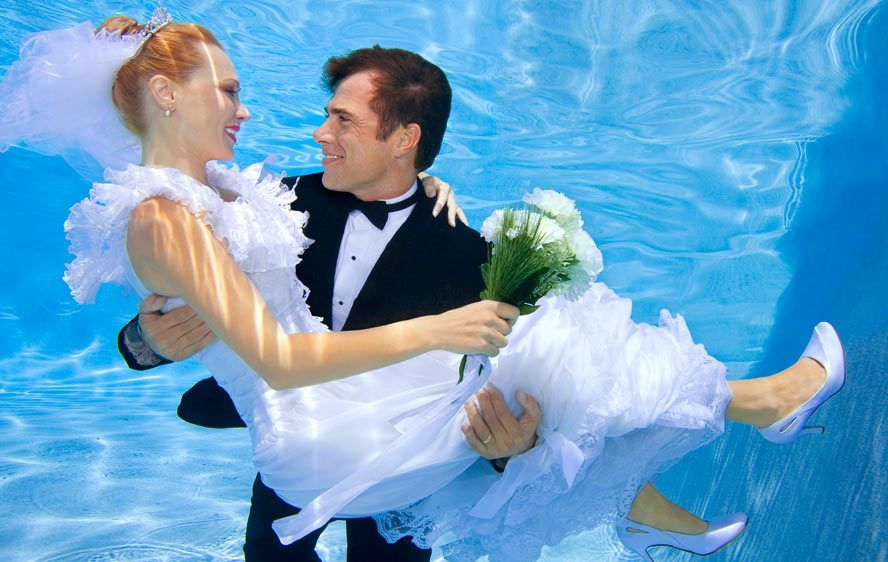 1Groom_carries_his_bride_underwater