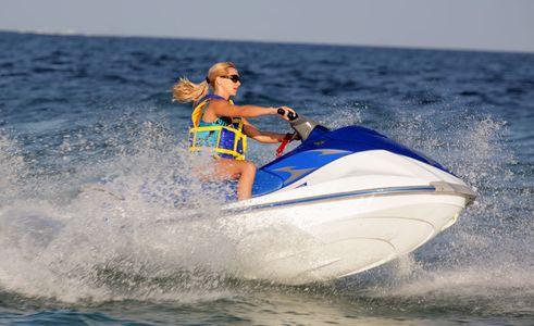 1Blond_girl_driving_a_jet_ski.jpg