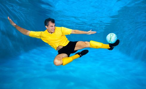 1Underwater_socer_player_kicking_a_ball.jpg