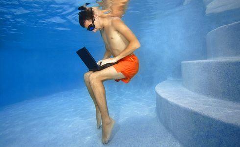 1Man_working_on_laptop_underwater.jpg