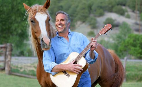1Man_with_guitar_serenades_his_horse.jpg