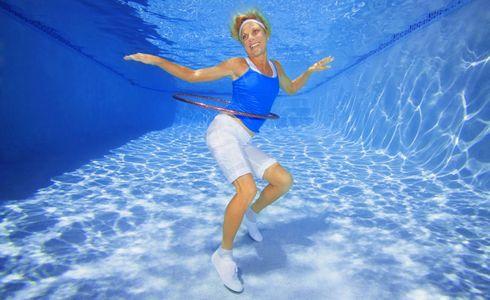 1Woman_dancing_with_Hula_hoop_underwater2.jpg