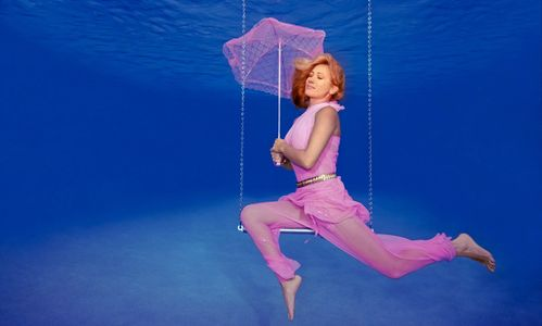 1Girl_with_parasol_on_a_underwater_trapexe.jpg