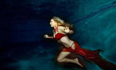 1Woman_flying_underwater_2.jpg
