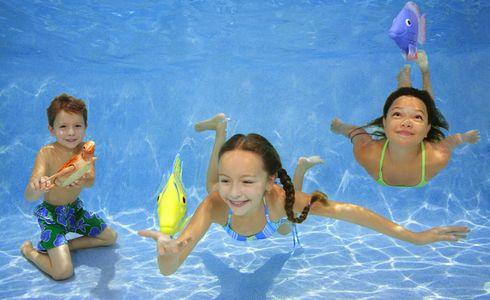 1Three_kids_playing_with_toy_fish_underwater.jpg