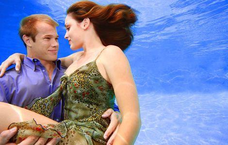 1Romantic_couple_underwater.jpg