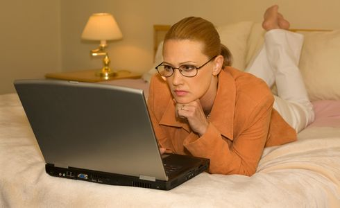 1Business_woman_with_laptop_on_a_bed.jpg