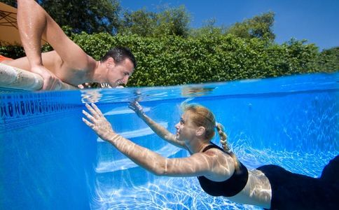 1Woman_underwater_man_above_looking_at_each_other.jpg