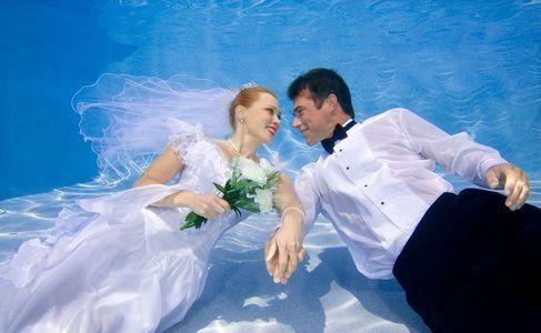 1Romantic_newlyweds_underwater.jpg