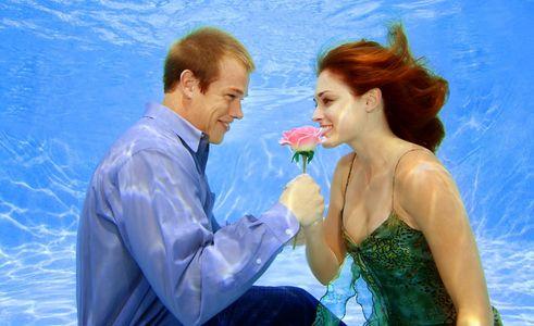 1Man_offering_a_flower_underwater.jpg