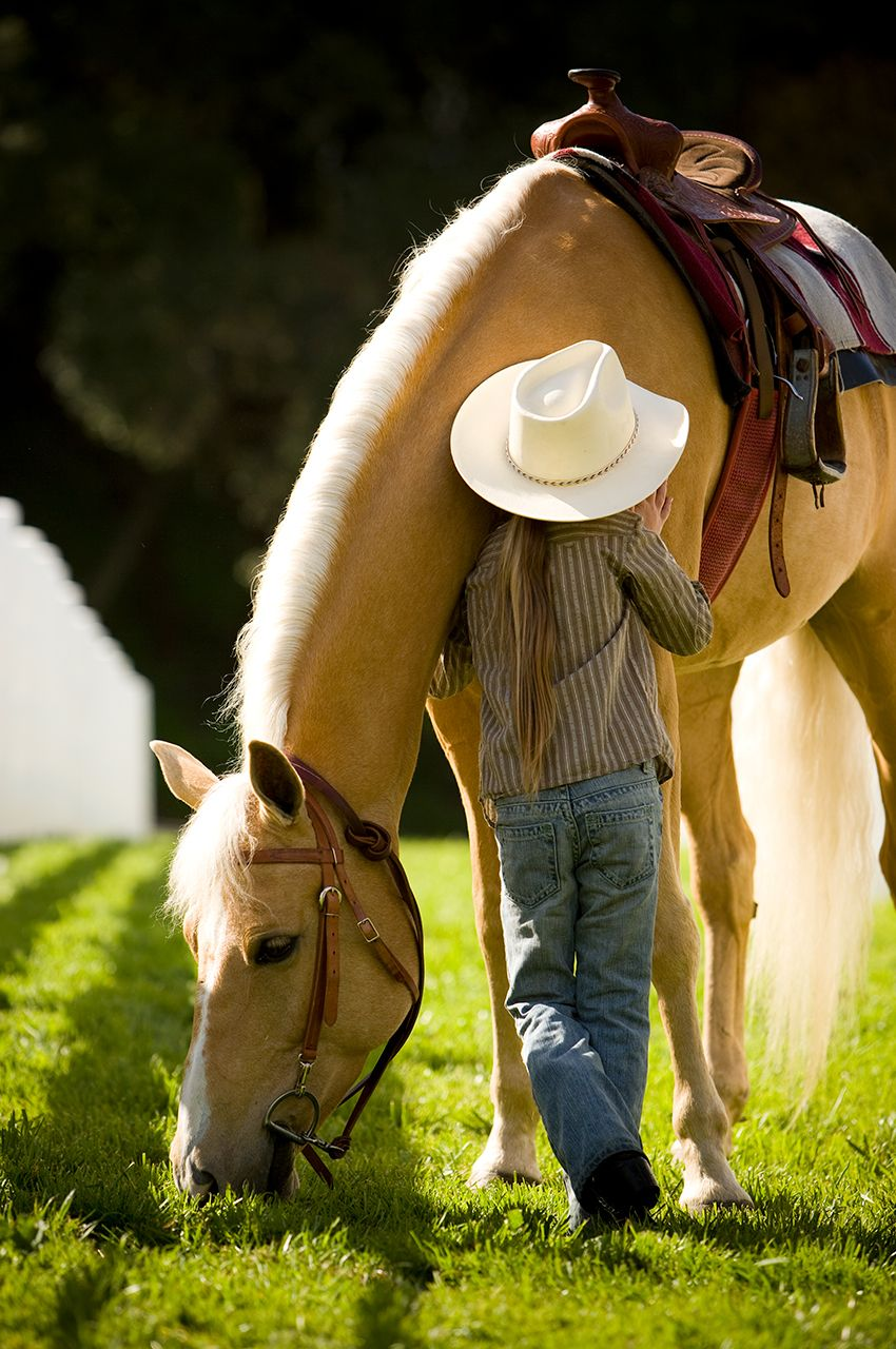 girl-with-hat-hugging-horse-from-behind_K5T7459.jpg