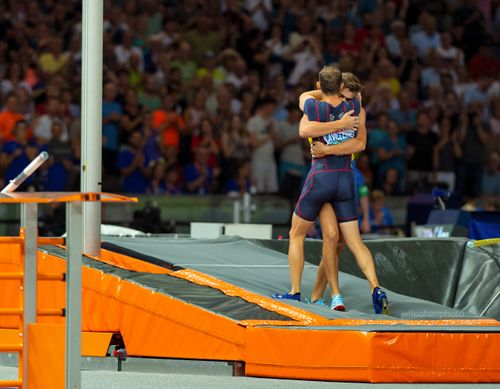 2018-EURO-CHAMPS-DAY-7-lavillenie-duplantis-hug-2337--jeff-cohen-photo--web.jpg