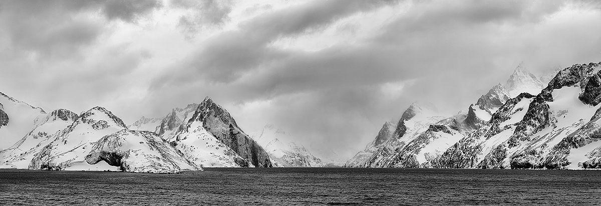 drygalski-fjord-view-at-risting-glacier_bw_pano.jpg