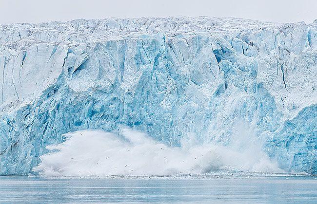 Glacier-ice-calving-off-with-splash_E7T5092-Lilliehookbreen-Svalbard-Arctic.jpg