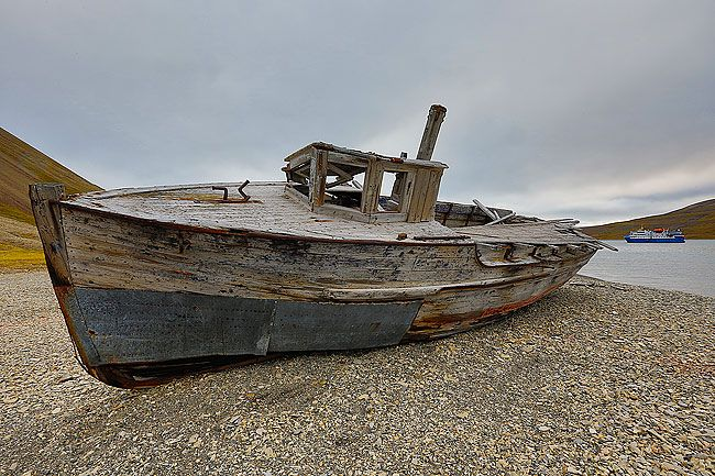 Old-wooden-boat-on-beach_S6A3995-Skansbukta-Svalbard-Arctic.jpg