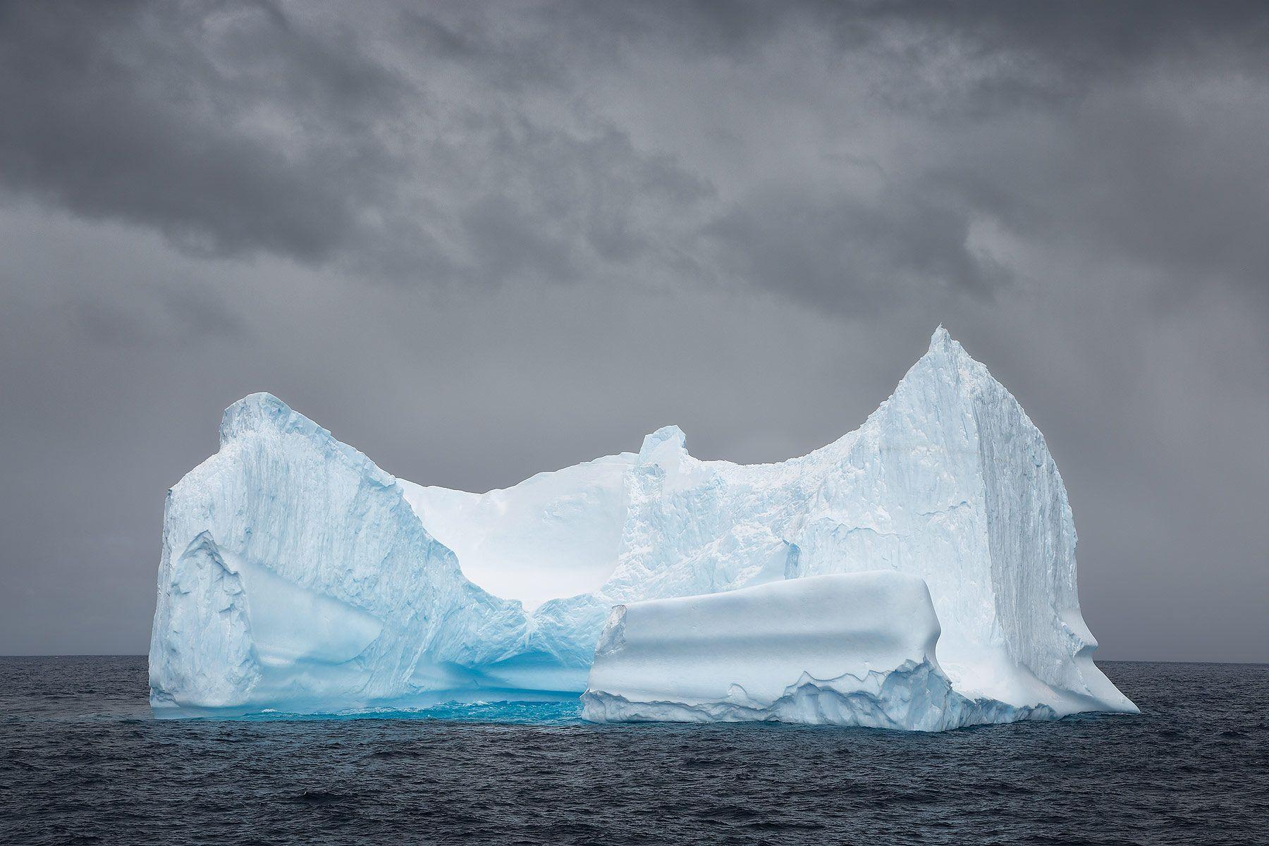 Ice-berg-floating_S6A1376-Drygalski-Fjord,-Cooper-Sound,-South-Georgia-Islands,-Southern-ocean.jpg