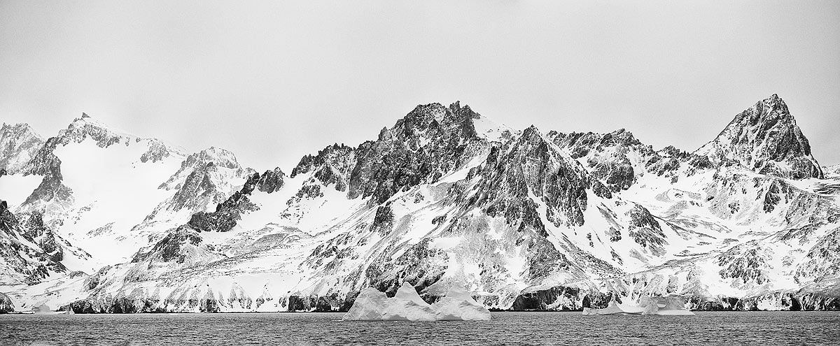 mountain-range-with-ice-bergs_bw_drygalski-fjord-cooper-sound-south-georgia-islands-southern-ocean.jpg