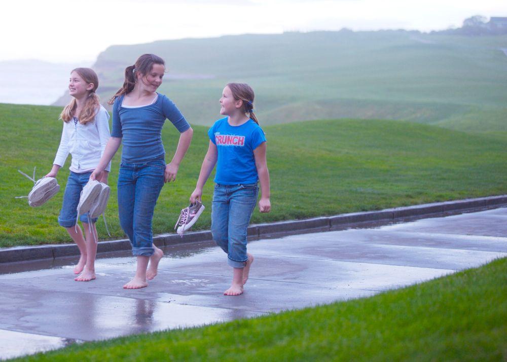 3sisters_walking_rain_rchmb