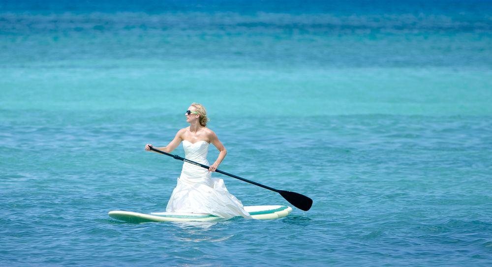 Bride_paddle_board