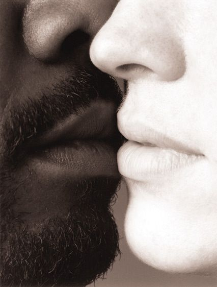 1Black_and_white_Kiss