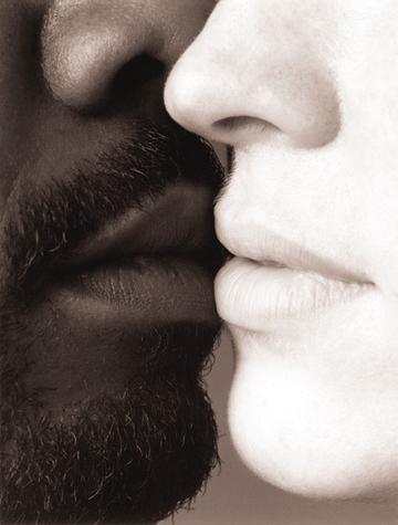 1Black_and_white_Kiss