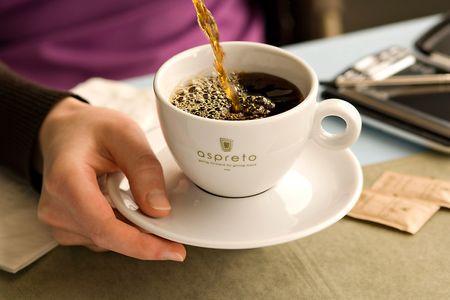 1aspretto_coffee_pourLGP_2141.jpg