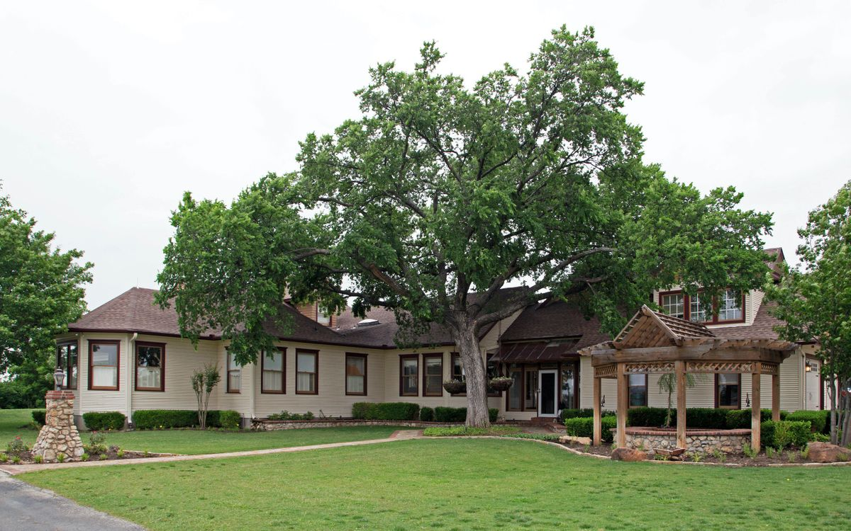 Sanders Hitch Traditional Home Photo Video Shoot Location Exterior 8.jpg