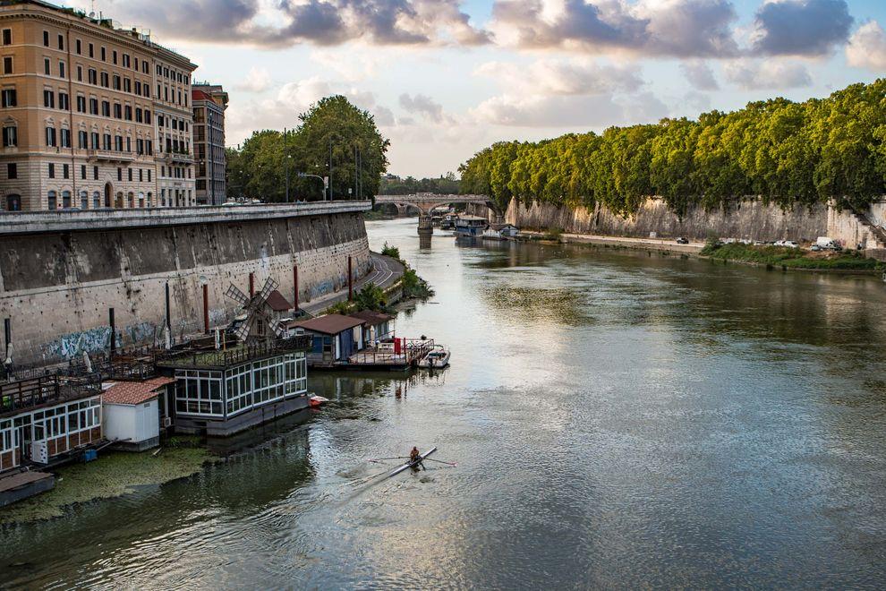 Rowing the river Tiber.jpg