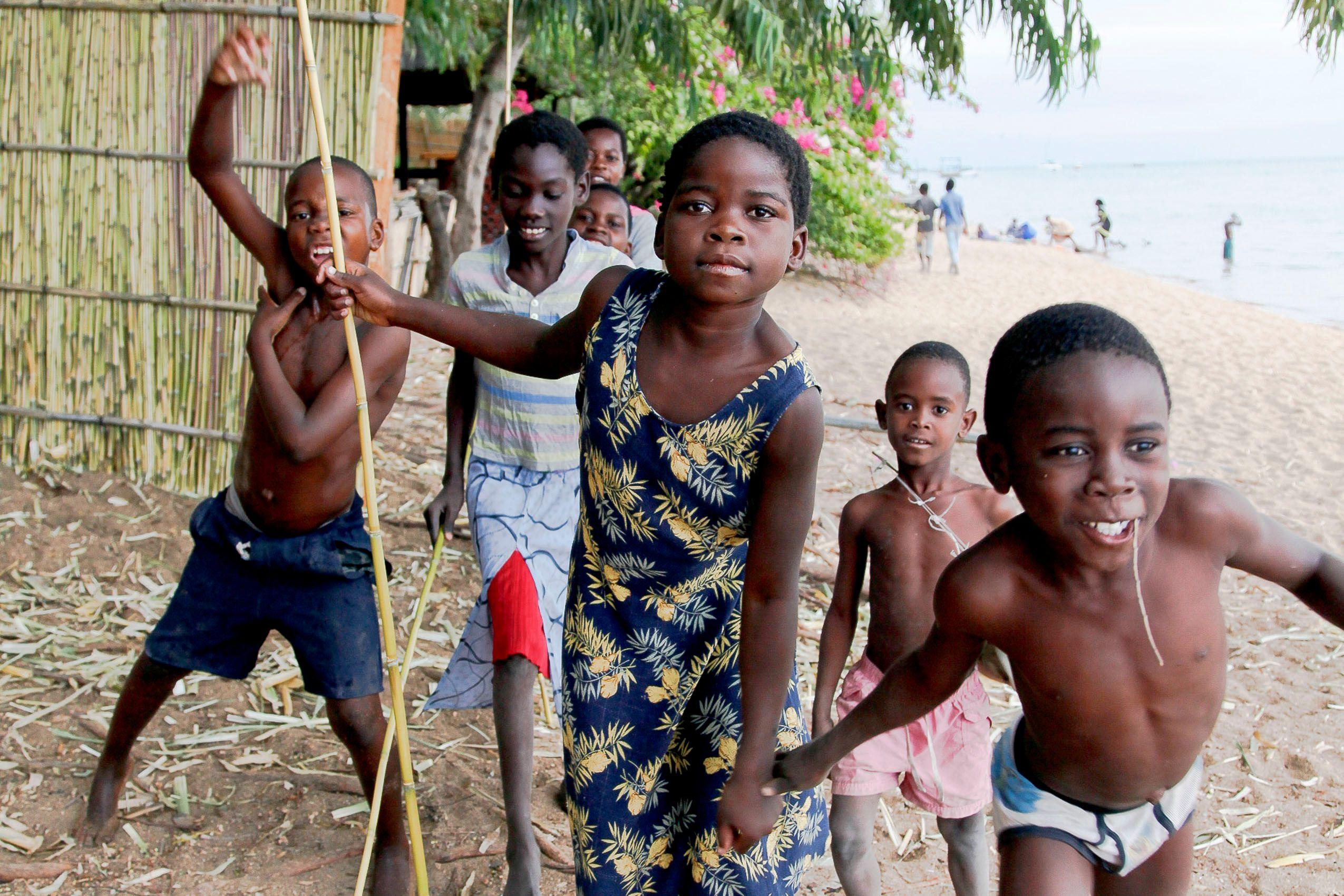 africa_malawi_lake_malawi_children_beavh.jpg