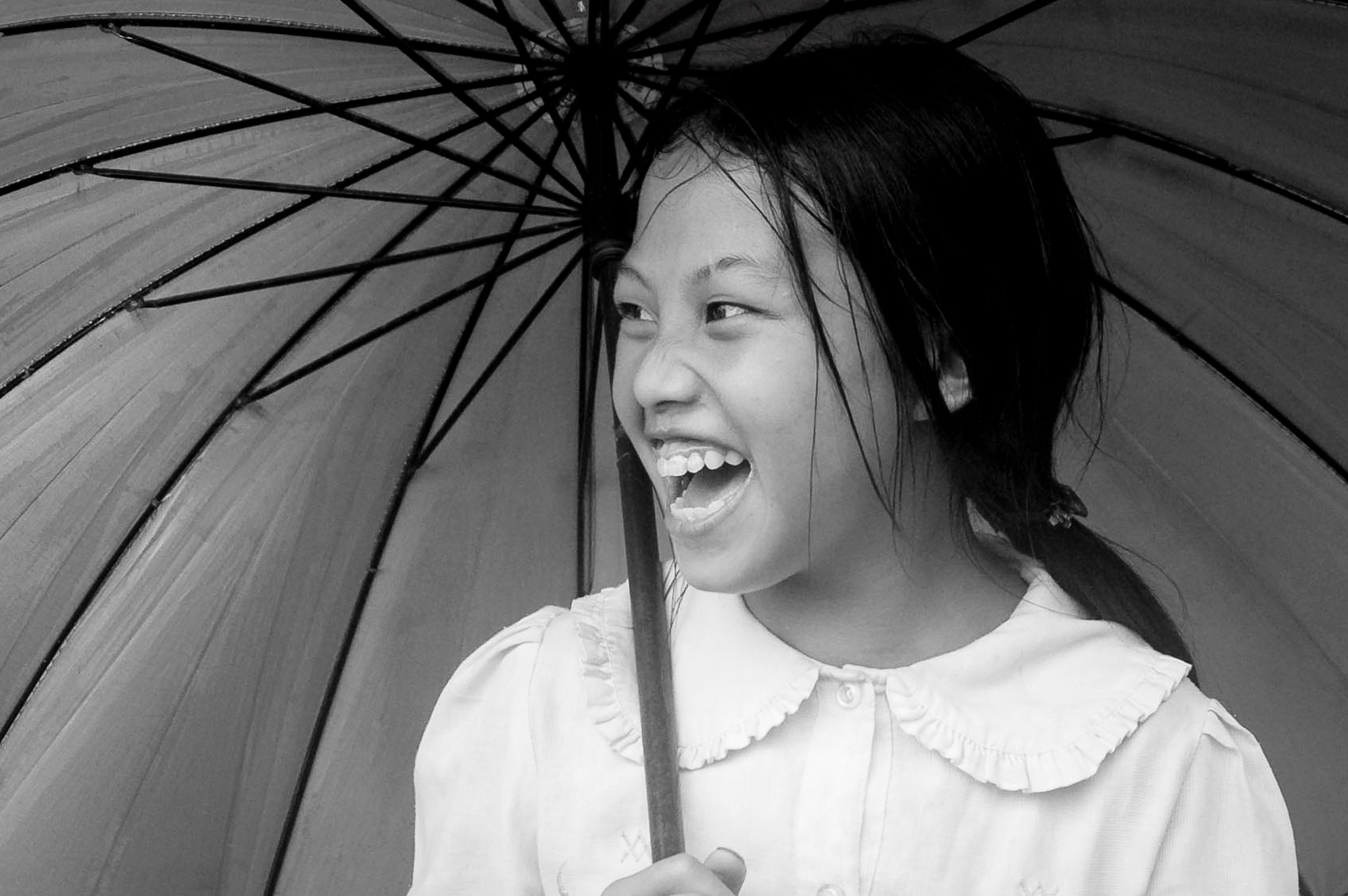 vietnam_hagiang_girl_umbrella_portrait.jpg