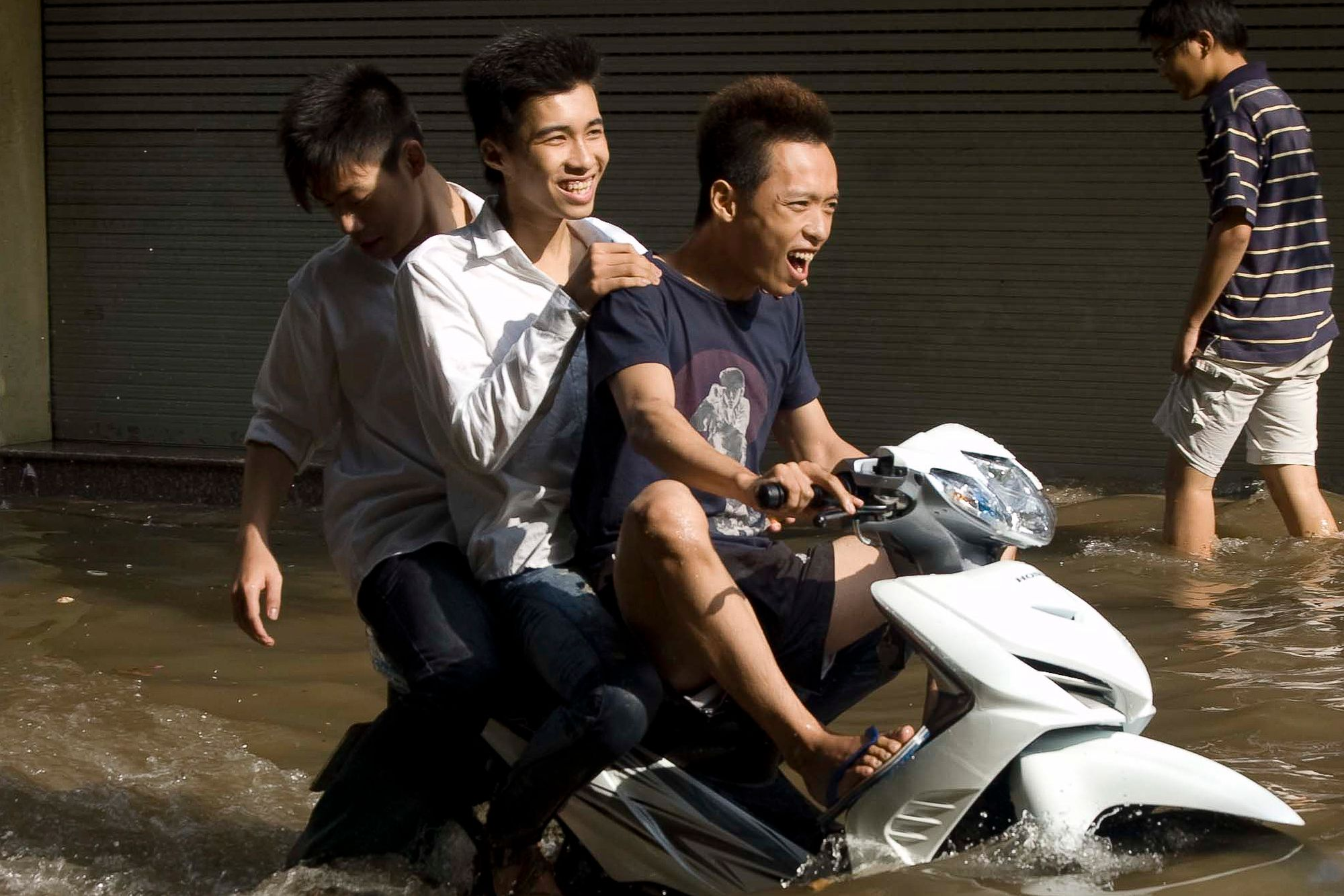 vietnam_haoi_flood_motorbike_fun.jpg